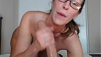 Bigtitted milf drops to the knees and twerks
